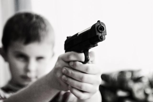 dítě s pistolí