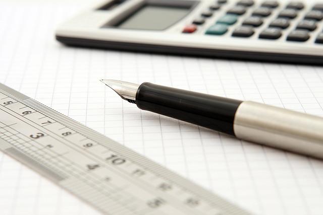 pravítko, pero, kalkulačka.jpg