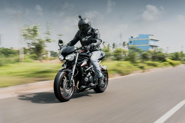 jazda na čiernej motorke