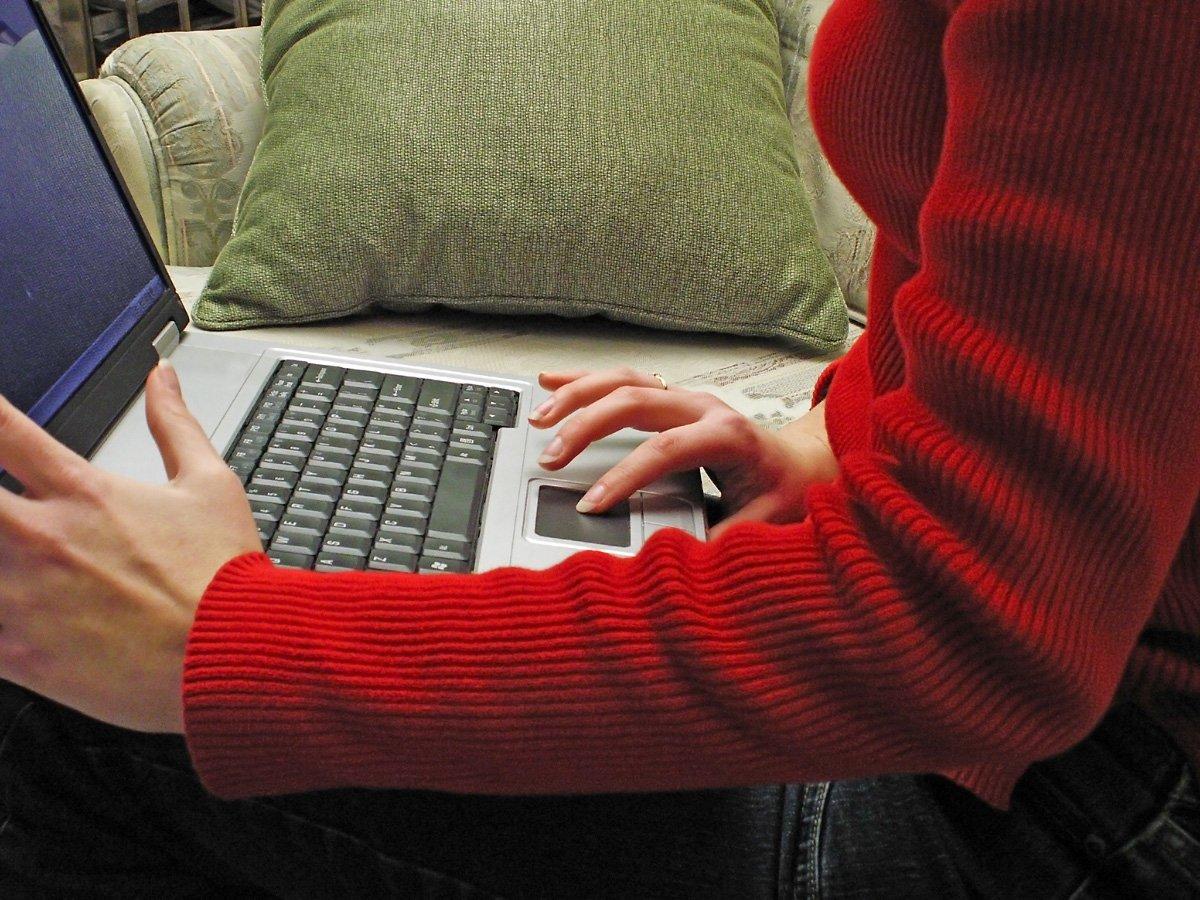 laptop, žena, červený sveter